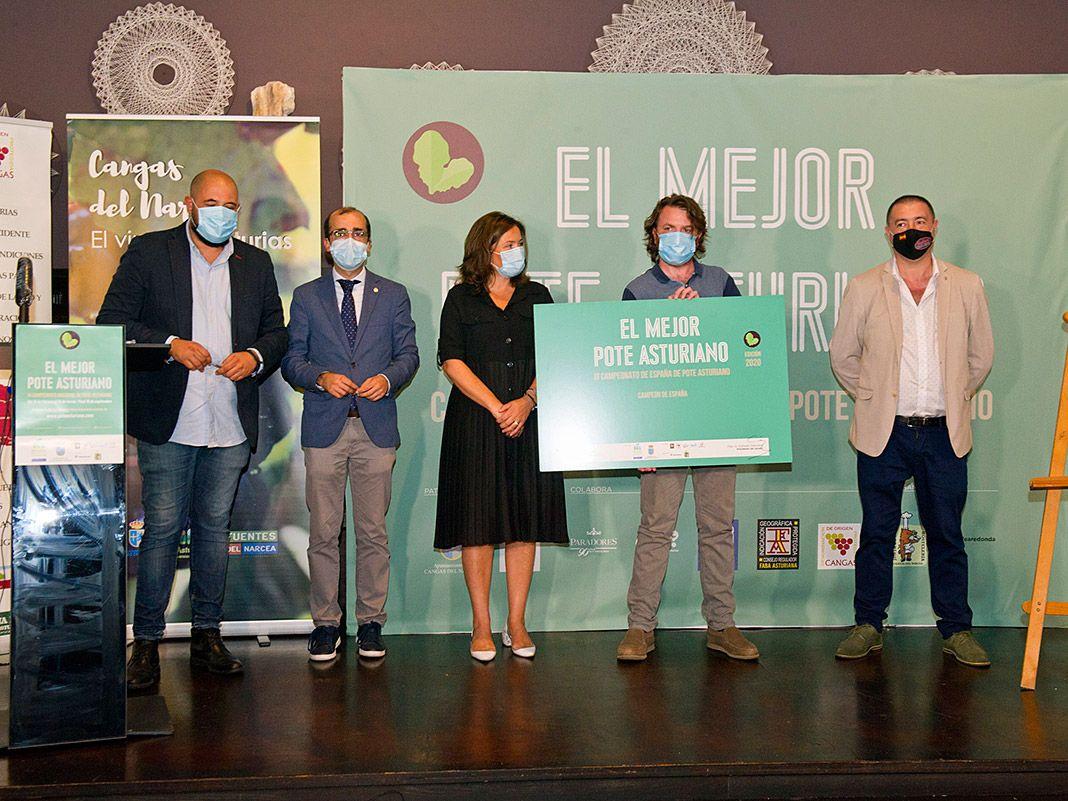 Benjamín Alba, gerente del Restaurante Palacio de Merás, acompañado por las autoridades durante la entrega del premio al Mejor pote asturiano.
