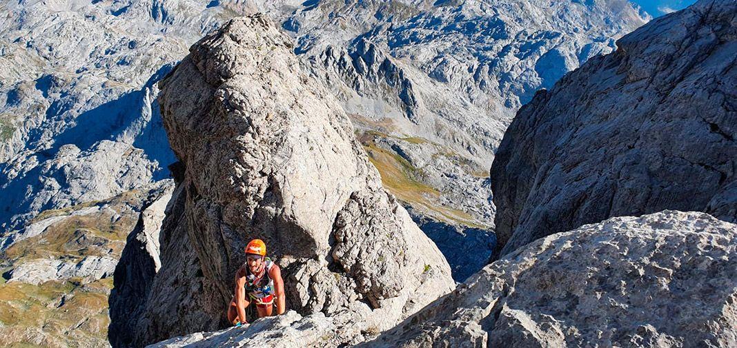 Tito Parra escalando las tapias finales de Peña Santa, la segunda cumbre del reto