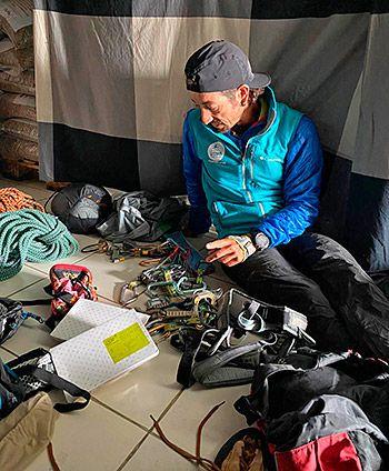 Tito Parra preparando todo el material para la escalada al Picu Urriellu, en el interior del refugio de Urriellu