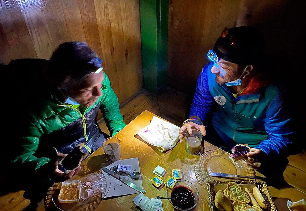 Desayunando en el Tito Parra y Julián Morcillo desayunando en el Refugio del Urriellu antes de partir a escalar el Urriellu