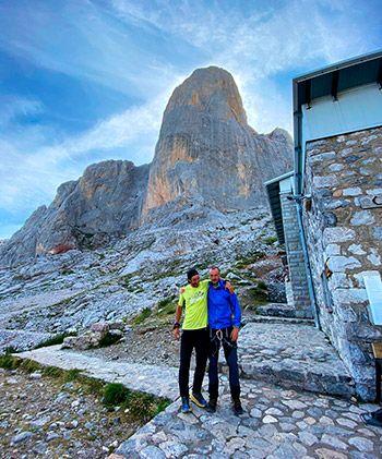 Tito Parra y Julián Morcillo abrazándose en el refugio del Urriellu nada más finalizar el reto