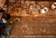 Restauración del mosaico en el yacimiento de La Estaca en Las Regueras