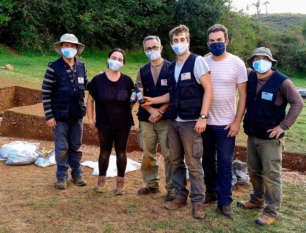 Miembros del equipo de excavación en La Estaca (Las Regueras, Asturias)