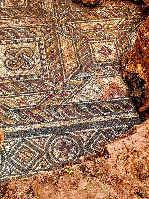 Mosaico restaurado en el yacimiento de La Estaca (Las Regueras, Asturias)