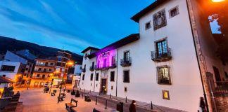 Fachada del Ayuntamiento de Cangas del Narcea con motivo del 25N