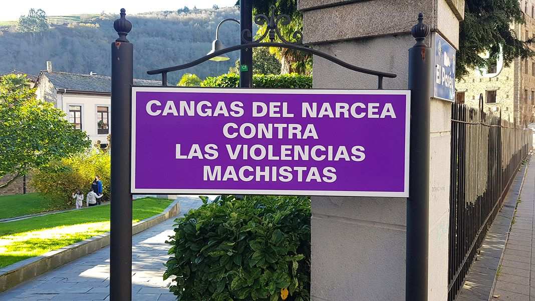 Cartel conmemorativo en el parque de Cangas del Narcea en contra de las violencias machistas.