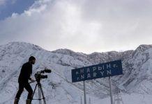 David Rodríguez, director de cine, rodando el río Sir Daria
