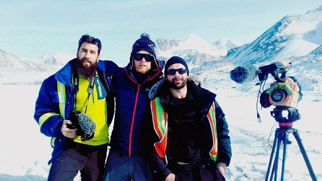 Alex Galán, el guía kirguiso Andrey Savinyh y David Rodríguez frente al Glaciar Petrov (Kirguistán)