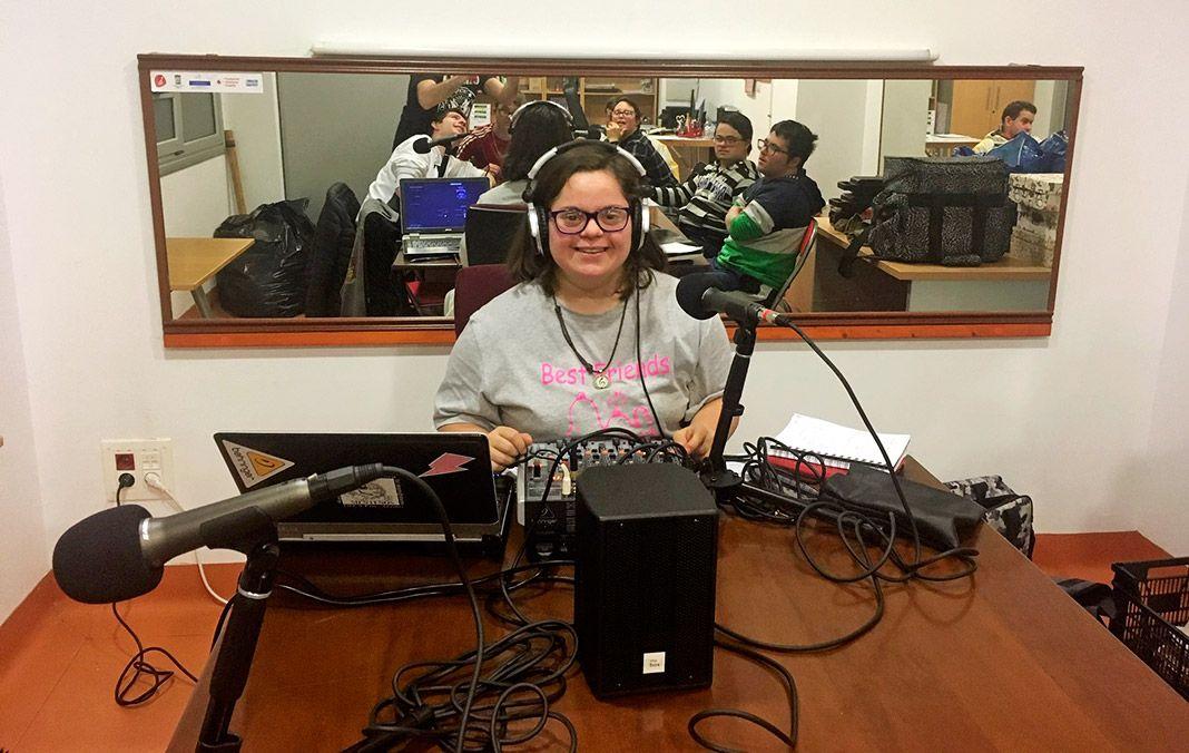 Sandra durante la grabación del programa de entrevistas que realiza habitualmente en Diversa Radio Activa