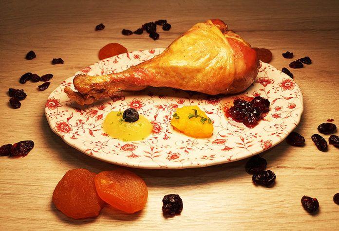 Receta de pavo asado al estilo del día de Acción de Gracias con salsa de arándanos y crema de calabaza