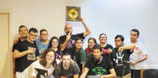 Berni Collada, director de Diversa Radio Activa (en el centro), recibiendo un obsequio del grupo del programa Operación Alarde