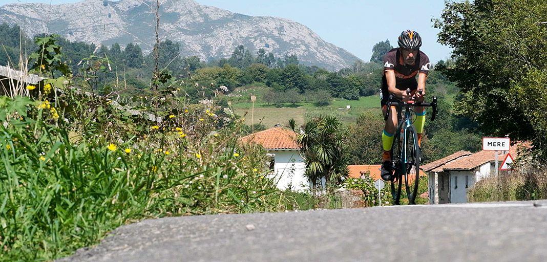 Víctor Loira en la prueba de ciclismo del Ultra Triatlón Tierra Astur en Ribadesella