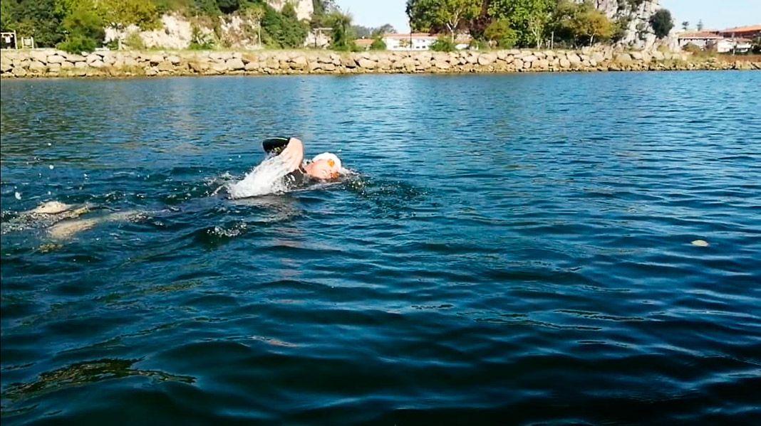 Víctor Loira en la prueba de natación del Ultra Triatlón Tierra Astur de Ribadesella