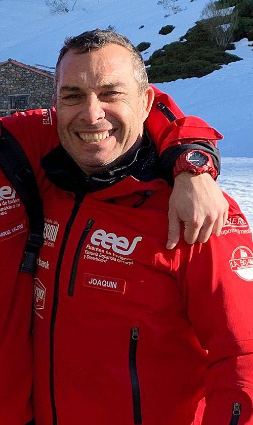 Joaquín Valdés es instructor de esquí en la Estación Invernal Fuentes de Invierno