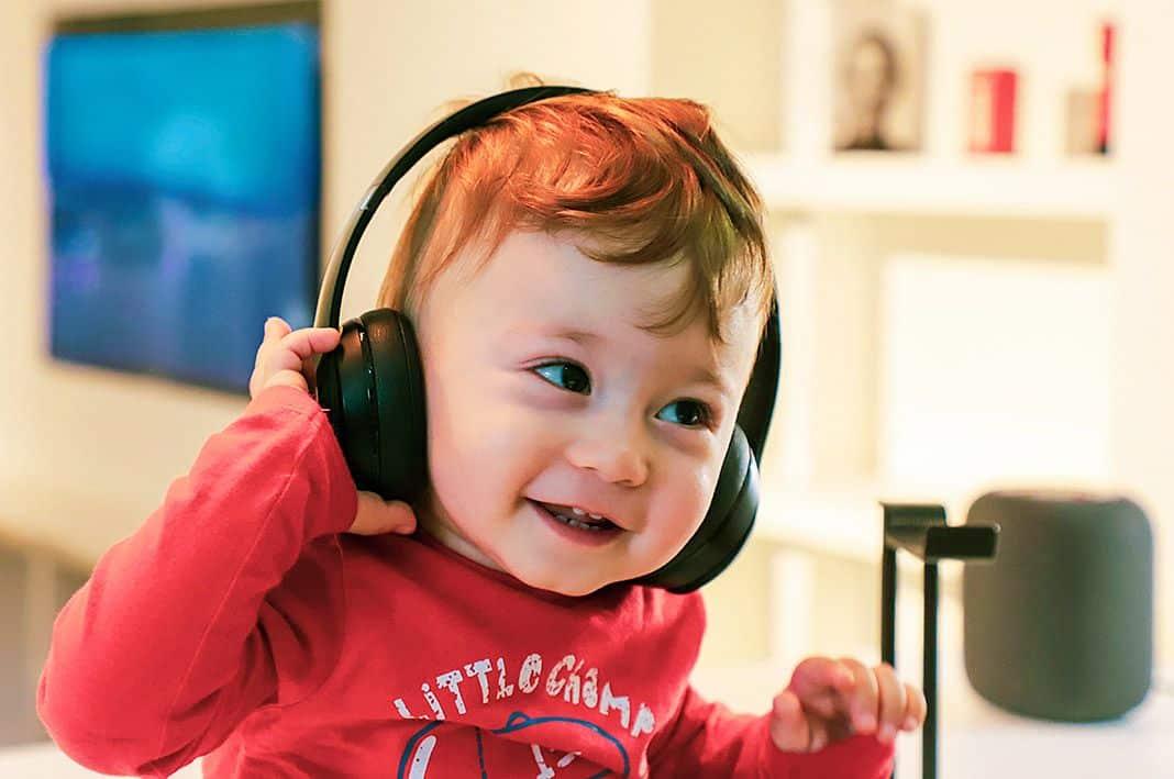 Niño pequeño escuchando música