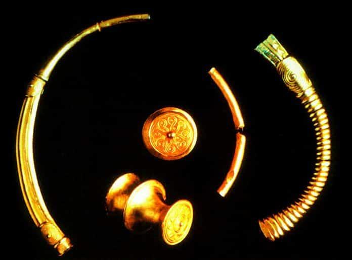 Fragmentos del torques hallado en Moñes (Piloña), en la actualidad en el Museo Arqueológico Nacional (Madrid)