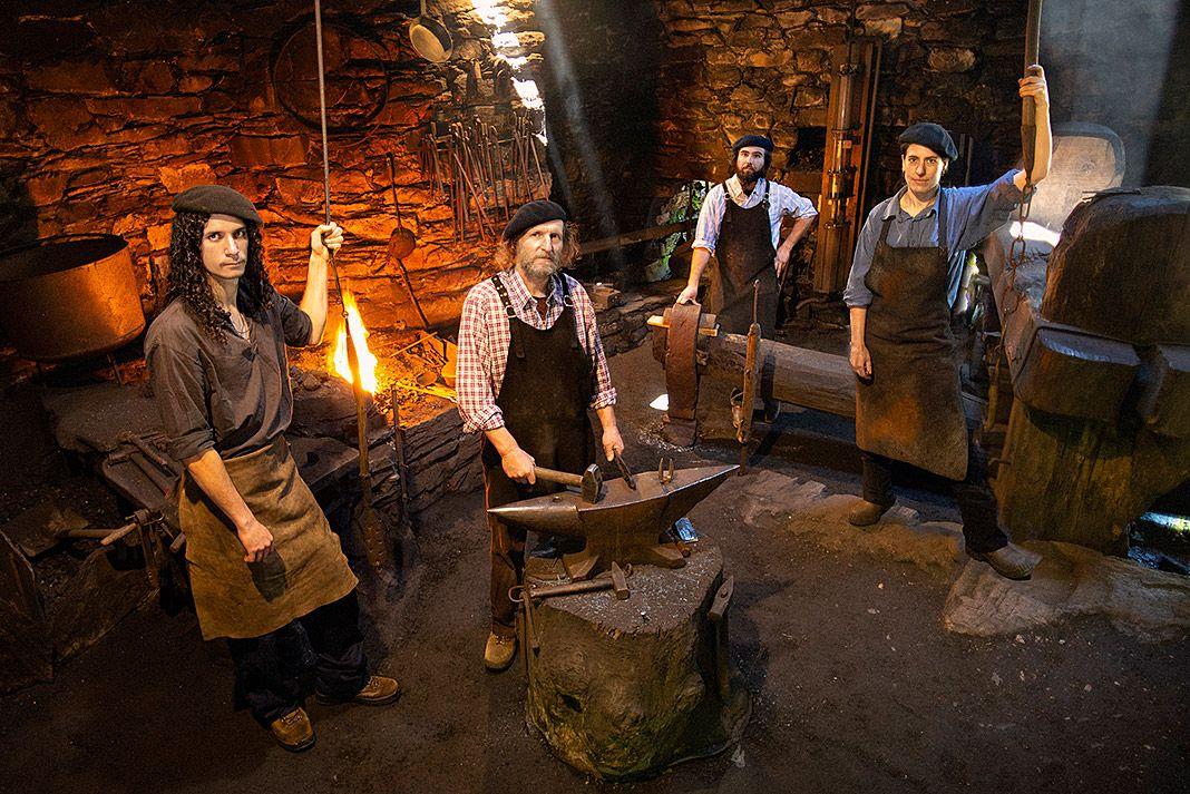 Ferreiros de Mazonovo en la forja de Friedrich Bramsteidl