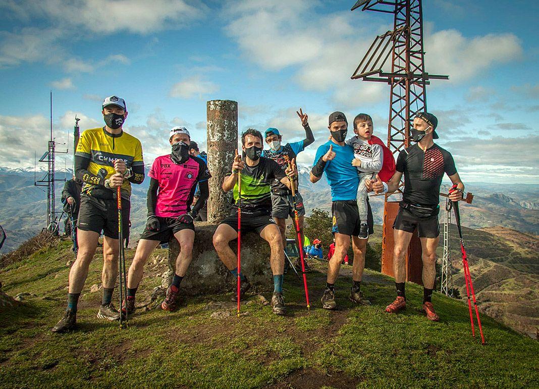 Iván Pinino junto a su equipo en una de las cumbres / Foto cedida por I. Pinino