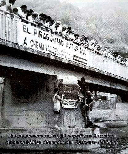 Colocación de la placa conmemorativa del piragüismo asturiano a Chema Valdés