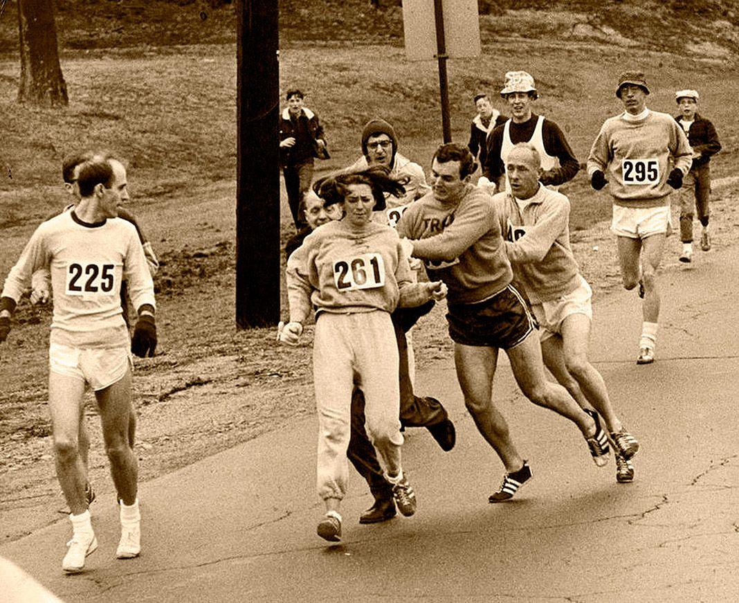 Fotografía de la agresión a la atleta estadounidense Kathrine Switzer mientras corría el maratón de Boston