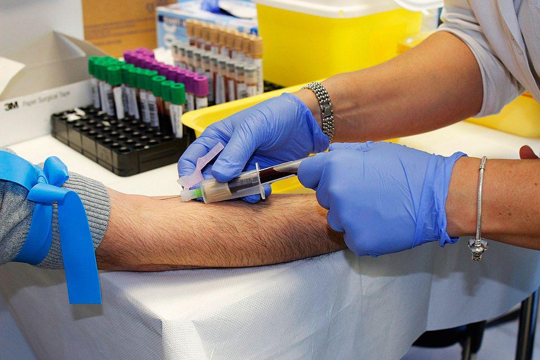 Enfermera sacando sangre