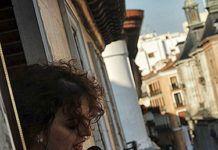 Laura Casielles en un acto poético celebrado en Madrid que consistía recitar poemas desde un balcón