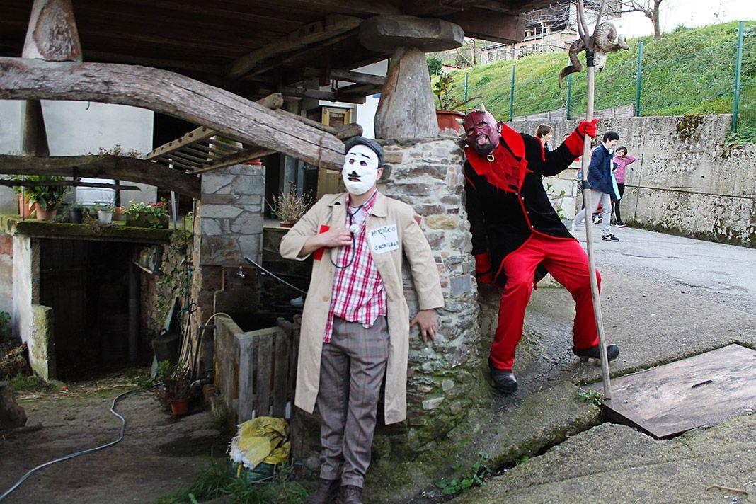 El médico y el diablo, dos de los personajes que representan los Guilandeiros de Tinéu