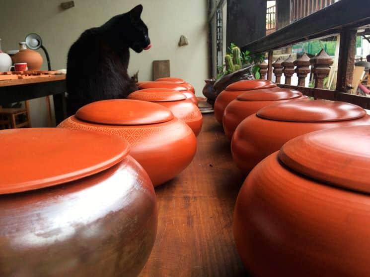 Urnas funerarias elaboradas por la artesana de la cerámica Maider