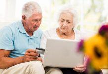 Pareja de ancianos haciendo una gestión a través de la banca digital