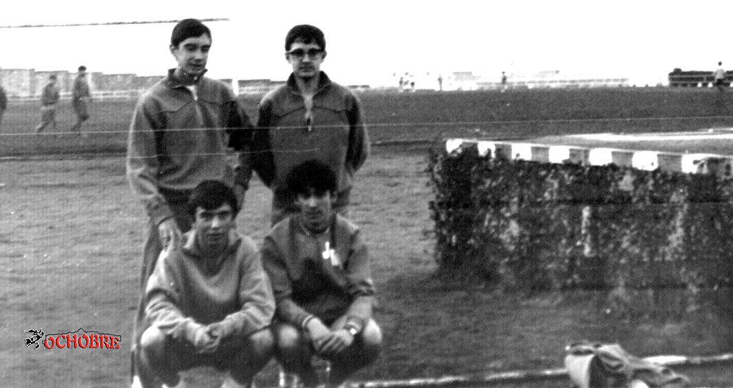 Cuatro de los muy buenos atletas que dio Langreo: de pie y de izquierda a derecha Toni Mazola, José Luis Cadenas, y agachados Ángel Canga y Javier R. Ordax en la pista de ceniza del Cristo de Oviedo, aproximadamente en 1968