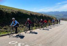 Ciclistas en la subida al puerto del Acebo (Cangas del Narcea)