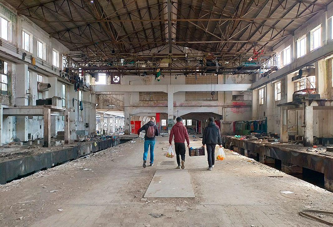 Una de las fábricas abandonadas en Patras (Grecia). Desde hace muchos años, son el único refugio precario para cientos de migrantes y refugiados.