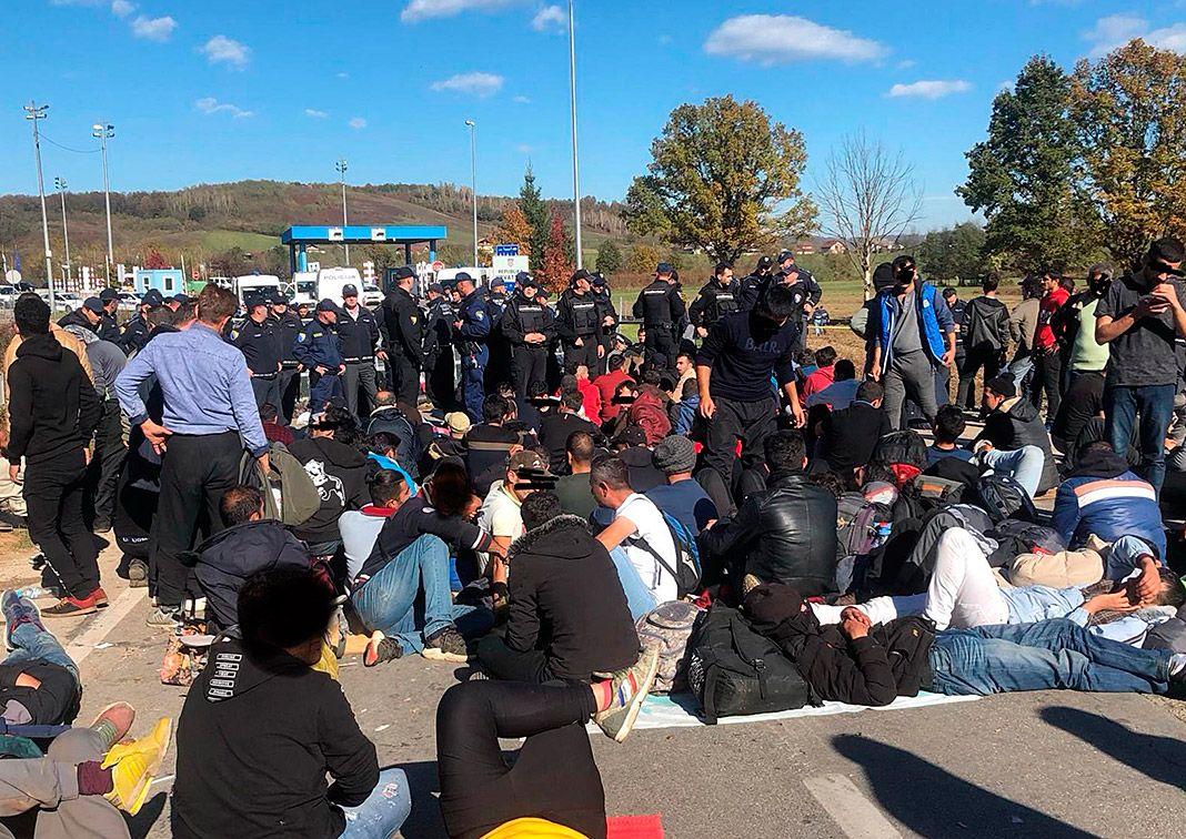 Manifestantes esperan frente a la línea policial en el puesto fronterizo oficial de Maljevac, entre Croacia y Bosnia y Herzegovina. Foto cedida por No Name Kitchen