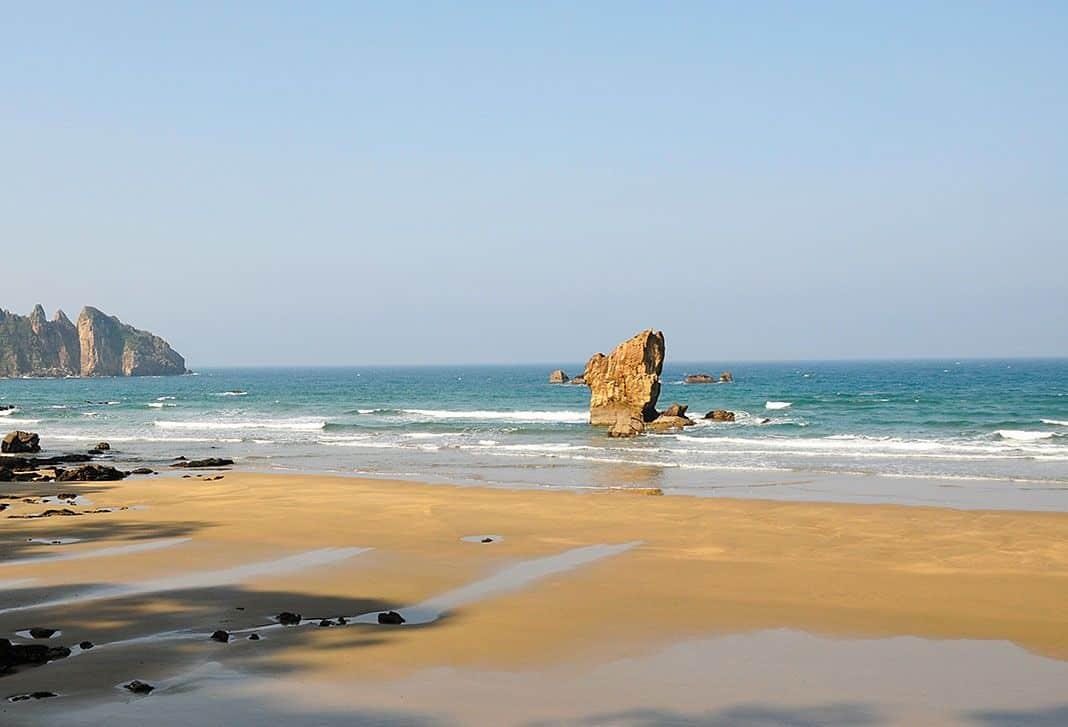 La Peña del Caballar, en la playa de Aguilar, origen de una de las historias de la mitología asturiana.
