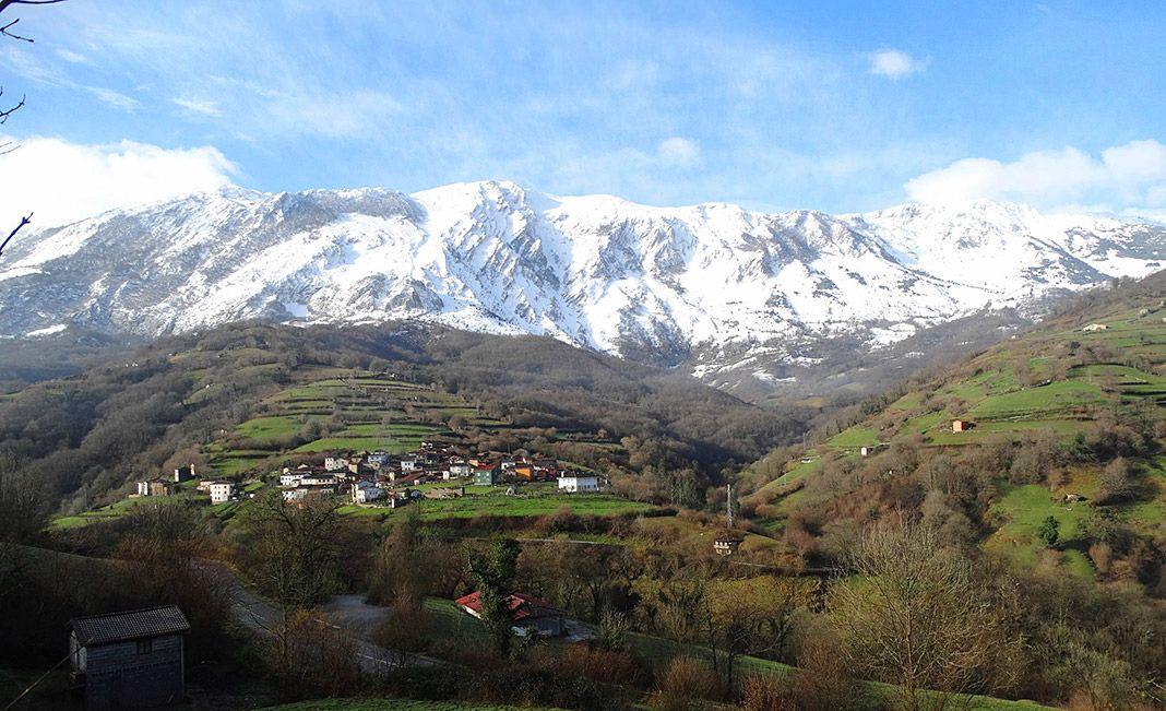 Sierra del Aramo con el pueblo de Felguera a sus pies. Foto de José Luis Cabo Sariego, cronista oficial de Riosa