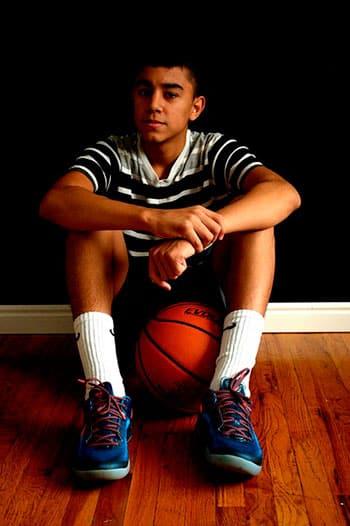 Adolescente latino con balón de baloncesto