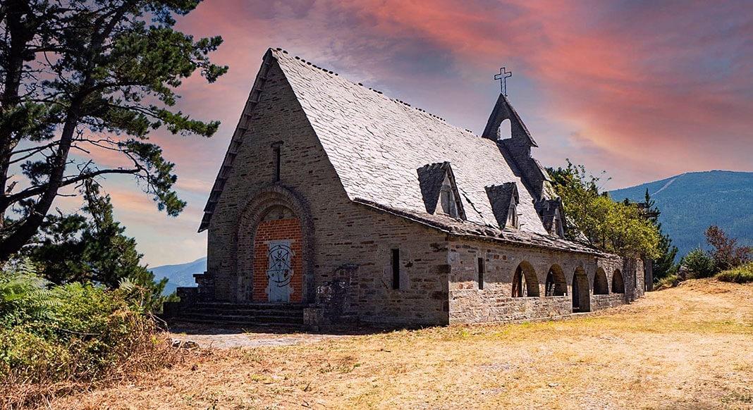 Iglesia consagrada en 1948 a la Virgen de la Luz en el poblado de A Paicega (Pesoz)