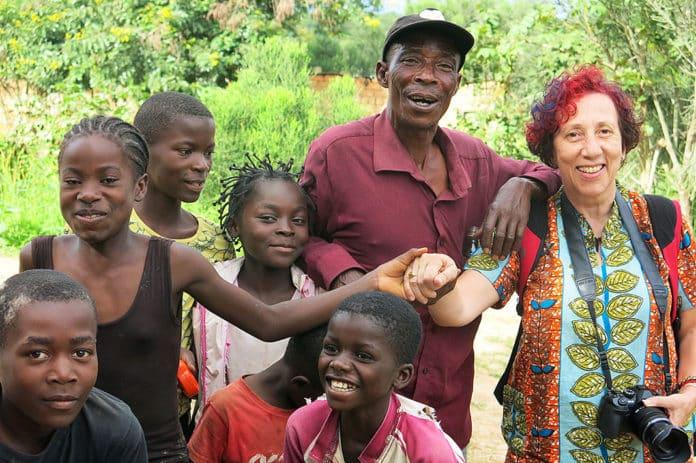 Inmaculada González-Carbajal, de la Fundación El Pájaro Azul, con un grupo de niños en el poblado de Kanzenze