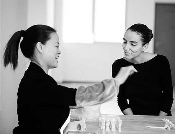Noemí Iglesias con Zha Cai Duan, la florista de Dehua que le enseñó todo lo que necesitaba saber para empezar a hacer flores de porcelana.