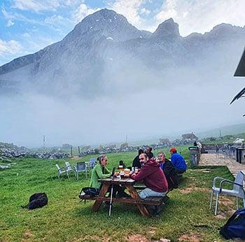 Gente en el refugio del Meicín (Parque Natural Las Ubiñas-La Mesa)