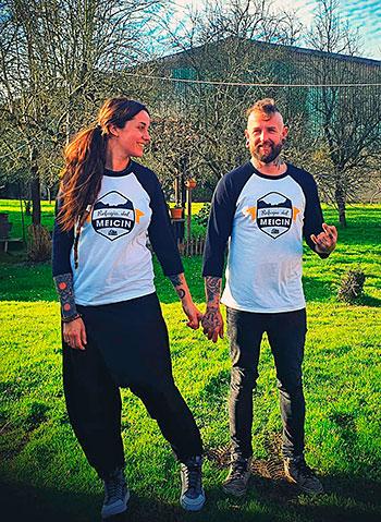 Tania Plaza y Gummo con las camisetas promocionales del refugio del Meicín