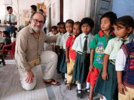 Armando Menéndez, Fundación DAF, Armando Menéndez con los más pequeños del St. Mary's Convent School (India)