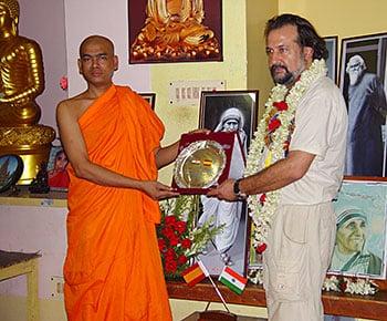 Armando Menéndez (Fundación DAF) con el monje BUDDHA PRIYA