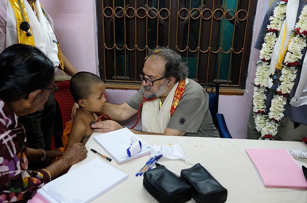 Pasando consulta en la Dr. Armando Medical Seva Kendra de Calcuta, financiada por DAF.