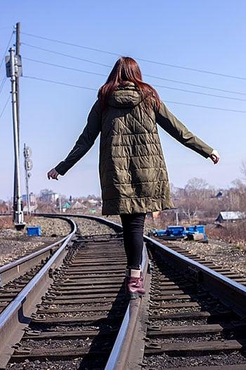 Niña en las vias del tren