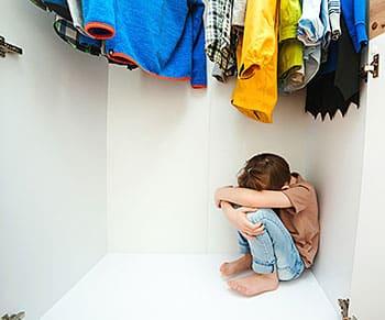 Niño escondido en el armario