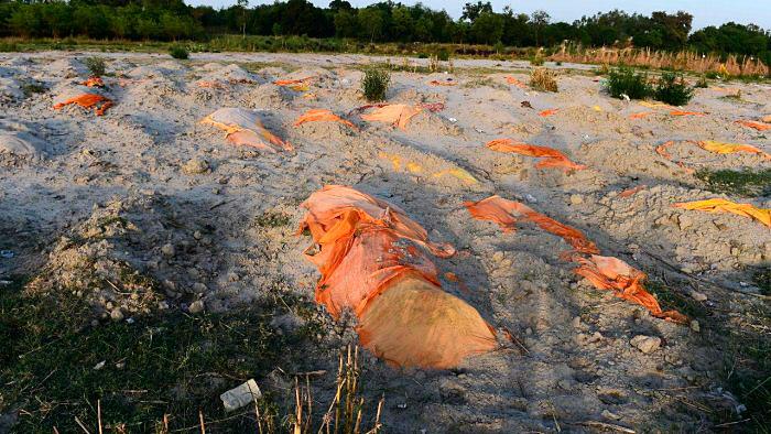 Cuerpos enterrados en las orillas del río Ganges
