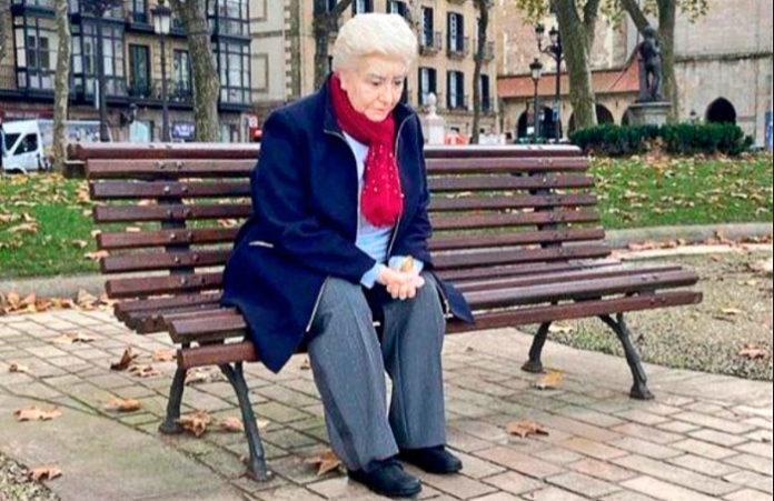 Escultura hiperrealista en Bilbao que se refiere a la Soledad. Título: Mercedes. Autor: Rubén Orozco