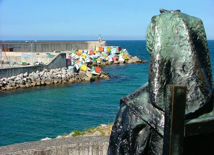 Escultura de La Muyerina en el puerto de Llanes