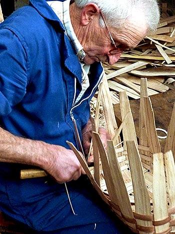 Tito, del valle de Paredes (Valdés). Uno de los últimos cesteiros en activo que quedan en Asturias.